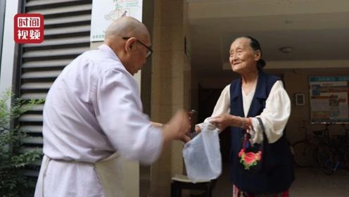93岁老锻工免费为邻居磨菜刀 称要坚持到做不动为止