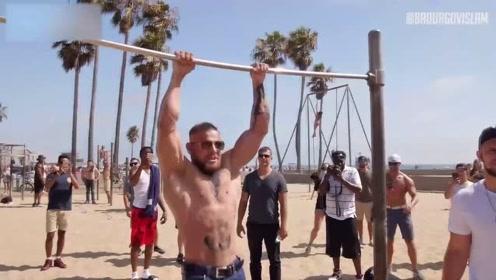 嘴炮走进沙滩健身场,瞬间吸引了整片沙滩的人,都来看嘴炮秀操作