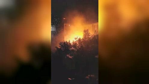 吉林一小区附近疑似供电变压器出现故障 现场火光闪烁噼啪作响