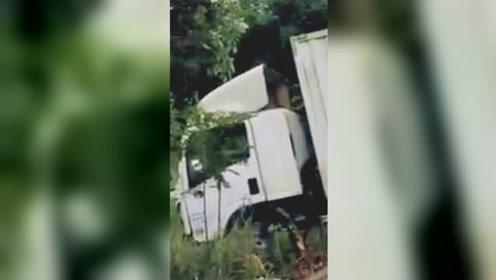 货车雨天行车出事故 车辆撞电线杆后冲出路面