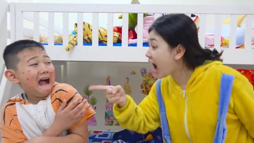为了引起姐姐的注意,小男孩假装长痘痘,最后还是被姐姐识破了!