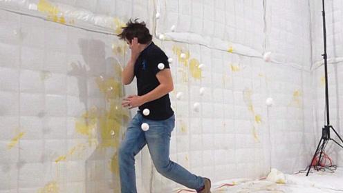 小伙体验被鸡蛋砸是啥感觉,还不到五秒钟就怂了!