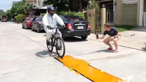 老鼠胶的粘性有多强?小哥骑自行车做实验,下一秒直接悲剧