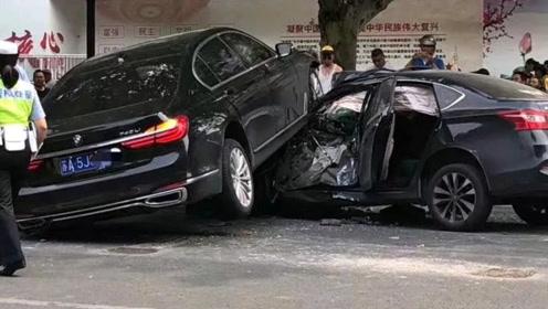 江苏南京宝马撞车现场狼藉 警方:司机64岁 非酒驾、毒驾