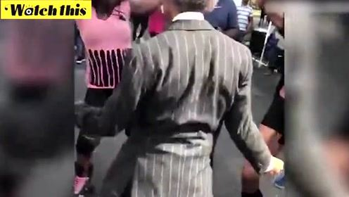 跳起来!美国著名牧师街头大秀舞步 网上好评如潮