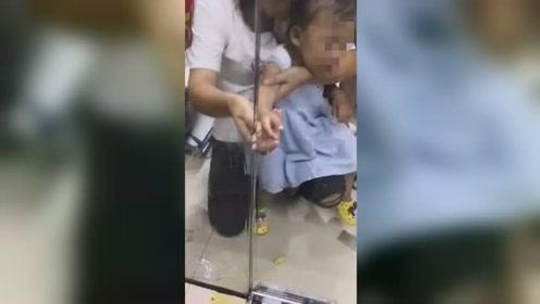 女童手指被玻璃门卡住 红肿发紫消防紧急救援