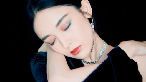 娜扎身穿黑色连斜肩衣裙搭配巨型耳饰和湖蓝眼线,性感且犀利