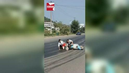"""江西一马路成""""滑冰场"""",电动车接二连三滑倒:菜油惹的祸"""