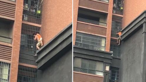 惊心动魄!长沙一居民楼起火 爷爷背孙子从8楼爬外墙惊险逃生