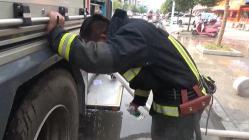 江西九江:油炸店煤气罐起火 消防员成功转移累到呕吐