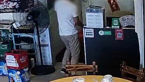 男子假装应聘服务员伺机偷窃,还装勤劳帮忙拖地