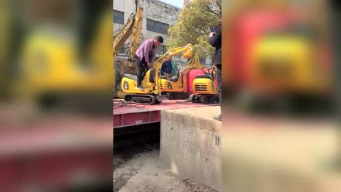 500斤的挖掘机成为全场焦点,网友:花几十万买了一把铁锹