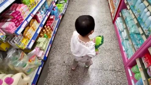 宝宝这是又看上啥了?下次再也不带你来超市了,爸爸怕你了!
