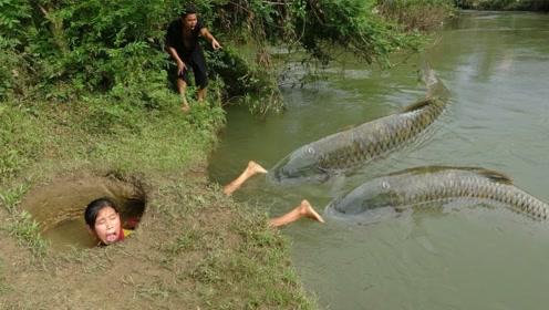 农村大姐河边觅食,发现别人布下的陷阱,白白收获肥美大鱼!