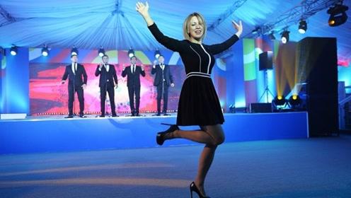 画风突变!俄外交部美女发言人一改严肃形象 穿高跟鞋大秀舞姿