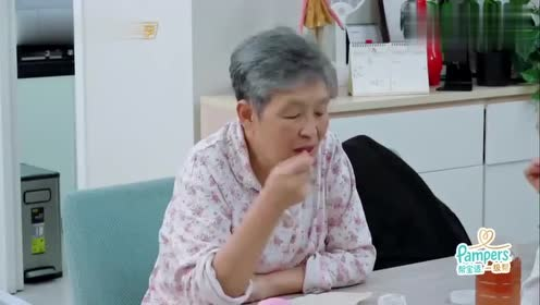 李艾吃椰奶蜜糖,好吃到舔勺子,这动作真的是可爱到爆了