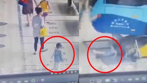 东莞一巴士冲进候车区 一女童险被压 撞断的护栏将其铲出数米远