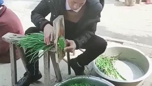 包子店的老板在切韭菜,这一幕直接把我看愣了,这也太有才了吧!
