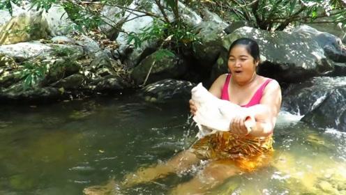 你相信天上掉馅饼吗?女子在河中冲凉,捡到了个超大猪头