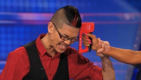 美国达人秀:中国小伙上演惊险一幕,外国评委吓得手抖!