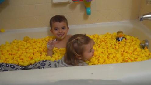 熊孩子和100只小黄鸭洗澡,画面太美不敢看,憋住不能笑!