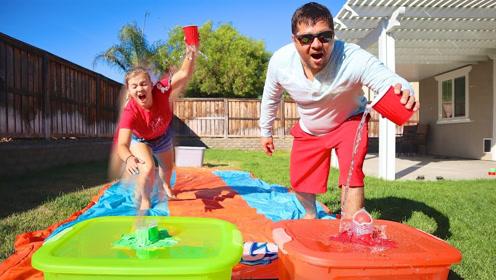 小哥在水滑道上玩出新花样,谁能率先填满水桶就获胜,结果会怎样
