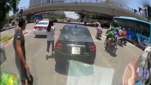 女司机被追尾,反而后车男大喊大叫!