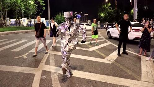 重庆千厮门大桥附近,还有人穿这种衣服在跳舞,看完心酸了!