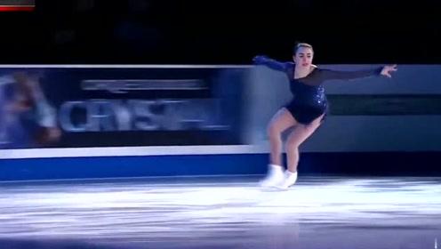 日本美女滑冰,以为晚上看不清很安全,没想到灯光一打观众脸红了