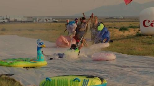 这些年轻人就是敢玩,飞机上挑战滑行跳伞,这一瞬间太帅了