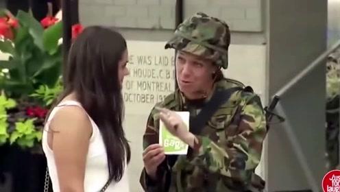 外国恶搞:拉掉手榴弹的拉环,看路人什么反应!