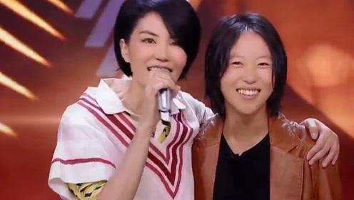 王菲母女一同外出聚餐,13岁李嫣精心打扮比亲妈还有型