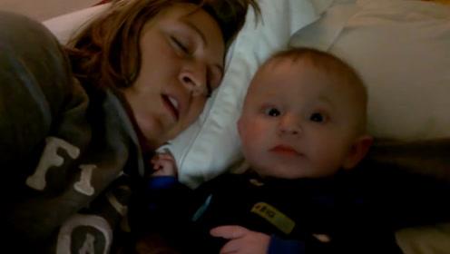 妈妈鼾声如雷,小宝宝一脸懵圈的看着爸爸:这么多年你怎么忍的呢