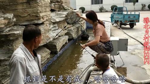 农村女孩来小池塘捉鱼,刚捞上来一条就尴尬了;浑然一个女汉子
