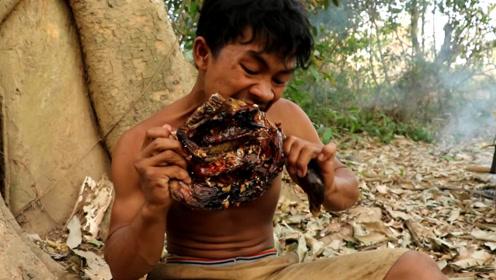小伙路过河边发现一只野鸭,直接用火烤,吃了一只感觉还没过瘾!