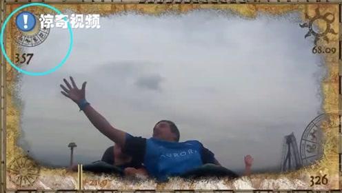 神反应!小伙坐过山车时伸手接住了前方游客掉落的手机