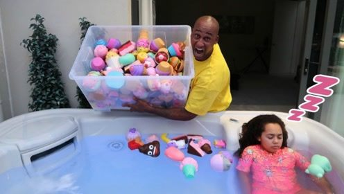 老外脑洞大开,将女儿的玩具都扔到了浴缸里,结果悲剧了