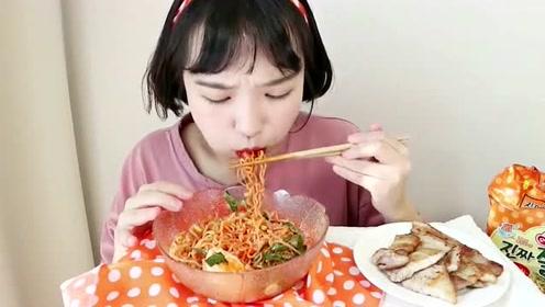 大胃王吃海鲜捞面,大口往嘴里塞,几口吃完一碗!