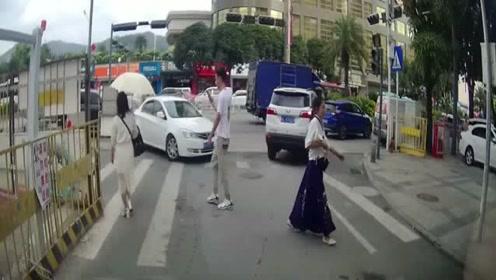 开这么慢都能撞到人,司机喝假酒了吗