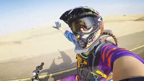 超酷女骑手:骑摩托在迪拜沙漠上驰骋