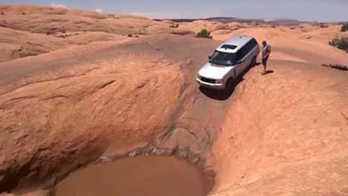 老司机开路虎,遇到一个大水坑,车主一脚油门往前冲!