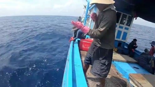 这应该是最简陋的捕鱼船了,连张渔网都没,却捕到的都是大鱼