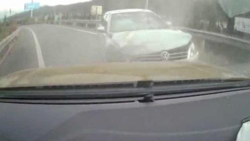 司机轻信导航,被带偏高速逆行撞车
