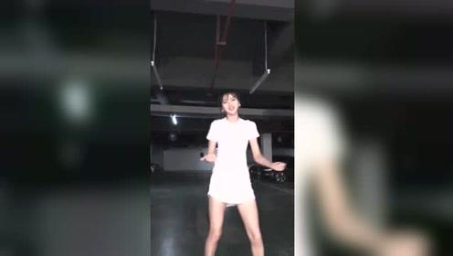 在车库里跳舞的妹子,光线再暗也挡不住妹子的好身材!