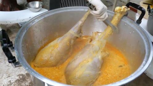 男子买了一只100多斤的鸵鸟,直接用鸵鸟腿煮面条吃,太奢侈