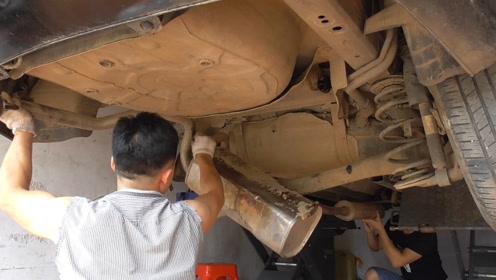 你知道一体式的排气管更换有多难吗,修车厂都不想更换这种排气管