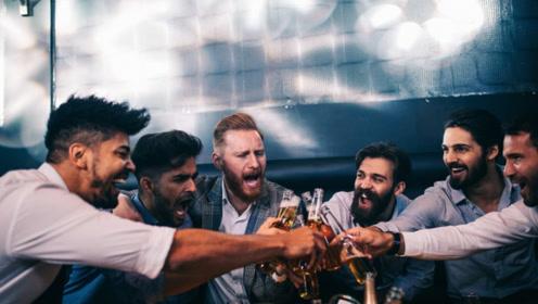 专家提醒:空腹喝酒的危害很大,这5个尤为常见,但偏偏有人在做