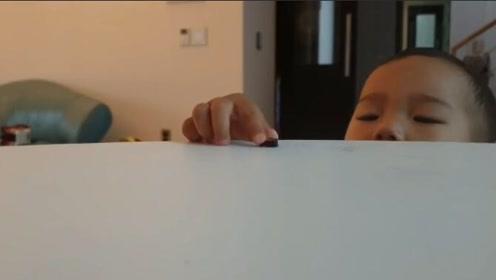 1岁小宝宝想吃桌上的东西,还能这样操作,将来必成大器!