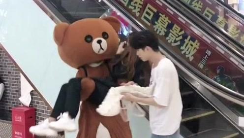网红熊越来越傲娇了,竟然敢在商场整蛊小姐姐,这下挨揍了吧