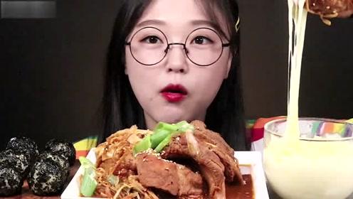 吃货小姐姐吃香辣炖排骨,蘸上奶油酱,吃的真过瘾!